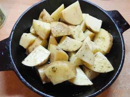 Картофель вместе со всем маринадом перекладываем в сковородку.