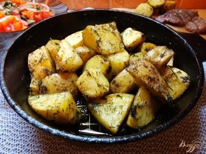 Готово! Подаем картошку горячей в сковородке, можно с майонезом. Приятного вам аппетита!=)