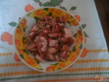 Мясо( можно брать любое: свинину, говядину, курятину...) режим небольшими кусочками солим, перчим.
