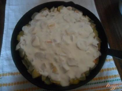 Когда картофель будет практически готовый, достаем с духовки поливаем майонезом и отправляем снова в духовку, но уже без крышки.