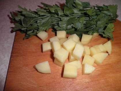 Зелень обвязать ниточкой, картофель мелко нарезать