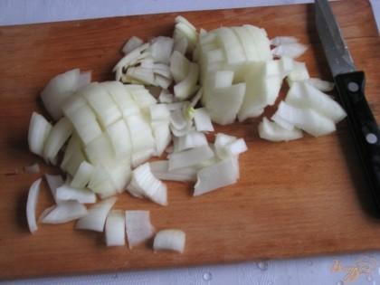 Нарезаем много лука – чтобы мясо получилось очень сочное.