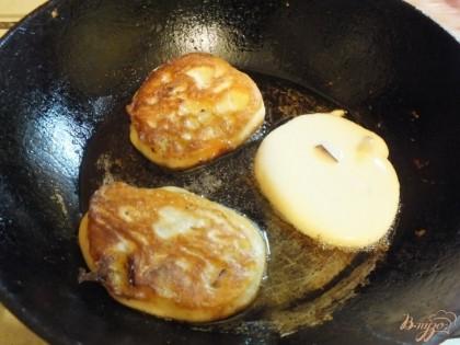 Нагреваем на сковородке масло и обжариваем оладьи на среднем огне по 2- минуты с каждой стороны.