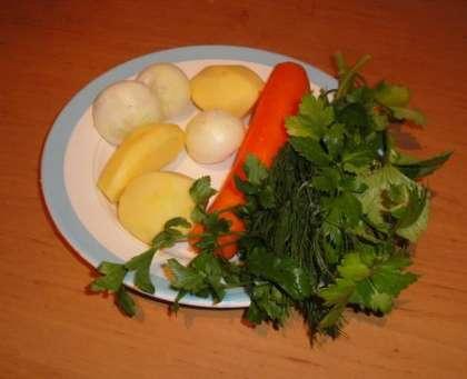 Картофель, лук и морковь почистить