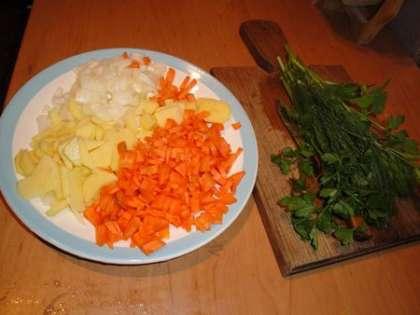 Овощи мелко нарезать. Зелень вымыть и высушить.