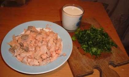 Приготовить сливки, рыбу мелко порезать, зелень мелко порезать