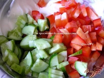 Творожный сыр смешать с соком лимона, присолить. Добавить нарезанные овощи, перемешать.