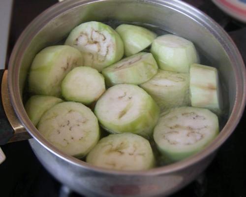 Баклажаны очищаем от кожицы, нарезаем толстыми кружочками и варим в соленой воде до мягкости.