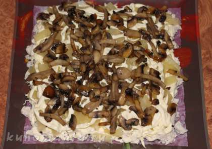 3-й слой - жареные грибы, смазываем майонезом