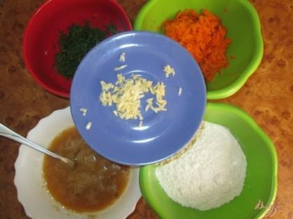 Чеснок и морковь натереть на терке. Укроп мелко порезать. В яйца добавить соль и черный молотый перец и взбить вилкой. В отдельную миску насыпать муку.