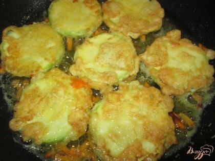 Выложить на горячую сковороду с подсолнечным маслом.
