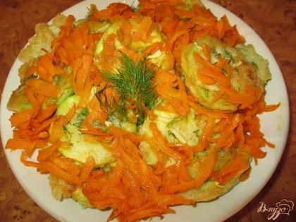 Готово! Выложить на блюдо обжаренные кабачки, сверху положить морковку и посыпать свежим укропом.Приятного аппетита!