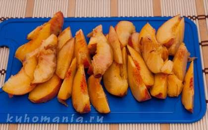 Персики отделить от косточки, нарезать дольками.