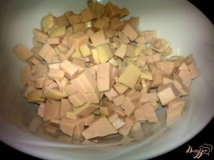 Сосиски нарезать кубиками.