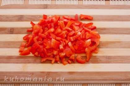 Перец очистить от семян, нарезать соломкой.