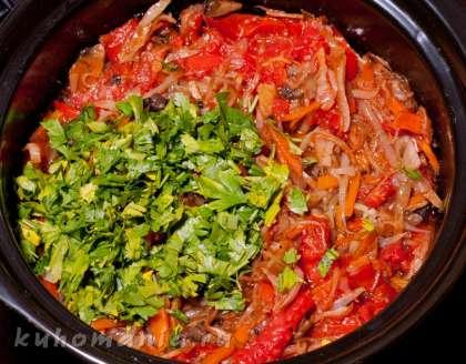 Обжаренные овощи с грибами выложить в емкость для тушения, налить грамм 100 воды, протушить минут десять, добавить зелень.