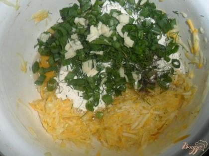 К кабачку добавить яйцо, муку, перец, соду, чеснок измельченный, порезанный укроп и зеленый лук. Перемешать.