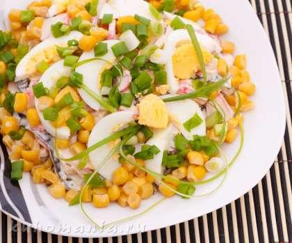 Салат украсить кукурузой и зеленым луком.