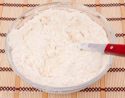 Приготовление теста:  Муку просеять, выложить в нее маргарин, рубить ножом до практически однородной массы.