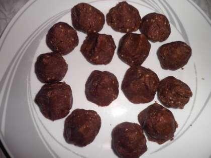 Готовые конфеты смазать растопленным шоколадом и охладить в холодильнике