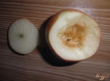 Срезаем крышечку, вырезаем серединку у яблок