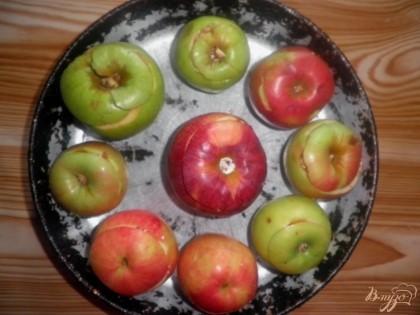 Выкладываем в глубокую форму, наливаем на дно немного воды, чтобы покрыла яблоки на 1 см снизу, и отправляем в духовку на 20 минут (печь при 180 градусах). Выпекать яблоки следует до мягкости, поэтому время может различаться от сорта яблок
