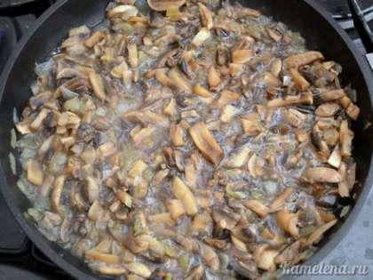 Добавить грибы, перемешать, тушить 15-20 минут, пока не испарится вся выделяющаяся жидкость.