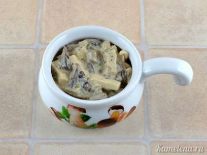 Разложить по кокотницами (или любым другим порционным формам, которые подходят для духовки).