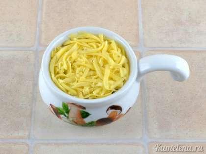 Сверху посыпать сыром. Поставить в разогретую до 180 градусов духовку. Готовить 20 минут.