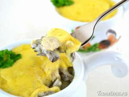 Восхитительный сливочный жульен с курицей и грибами готов. Вот такой аппетитный жульен внутри.