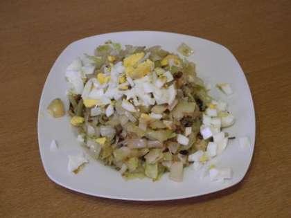 Приготовить начинку: смешать капусту с вареным яйцом
