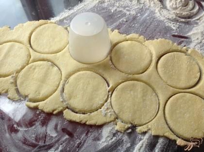 Тесто раскатываем в пласт толщиной в пол сантиметра. Выдавливаем стаканом кружочки.