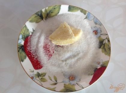 В блюдо насыпаем сахар. Обмакиваем кружок с одной стороны, сгибаем его пополам сахаром внутрь. Обмакиваем с остальных сторон и опять сгибаем пополам.