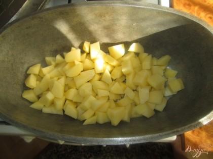 Укладываем в казан (или утятницу) порезанный кубиками картофель,