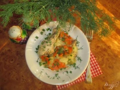 Готово! Готовое блюдо перемешать и выложить на тарелку. Украсить свежей зеленью и подать к столу.Приятного аппетита!