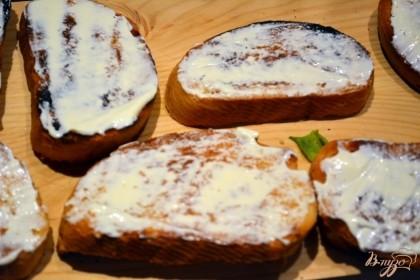 Смажьте тост майонезом с одной стороны. Прежде чем смазывать, дайте тосту остыть. Майонез быстро впитается в горячий хлеб и поверхность вашего тоста будет снова сухой. Дайте тосту остыть, а уже после смазывайте. Распределите майонез по всей поверхности тоста.