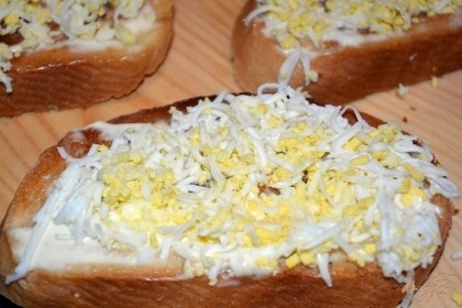 Отварите яйца. Залейте яйца холодной водой. Дайте закипеть. Варите яйца на среднем огне около 7-10 минут. Выключить. Остудить в холодной воде приблизительно 5-7 минут. Очистить яйца. Нарезать меленько ножом. Наши яйца будут уложены сверху на тост. Крупные куски будут сваливаться с тоста, ибо небольшое количество майонеза не удержит крупные куска. Прибегать к обилию майонеза на тосте не следует, ибо этот продукт хоть и вкусен, но не так чтоб уж полезен. Яйца можно натереть на терку, что я и сделала. При использовании терки с мелкими делениями, натертое яйцо получается пушистым, что создает на тосте обьем и привлекательный вид.