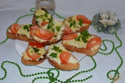 Готово! Украсьте тост зеленью и подайте к столу. Это очень вкусная закуска, перекус и просто еда. Такой тост может подойти как к супу, так и просто к чаю. Смешение вкуса (соленое + сладкое) всегда считалось классикой.