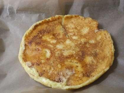 Готовый блин с яблоками выложить на ровную поверхность.Посыпать блин корицей и сахарной пудрой
