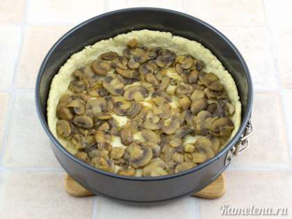 Затем выложить на тесто половину грибов.