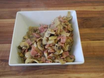 Обжаренные на сковороде шампиньоны с ветчиной и луком переложить в глубокую миску