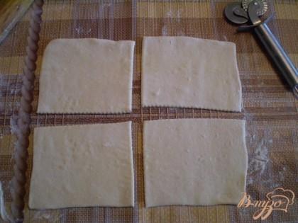 Режем на 4 части каждый пласт теста. 450 г теста - это две пластинки. Выходит 8 слоек.