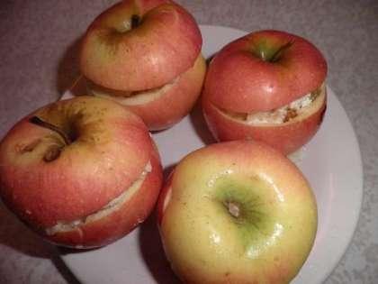 Положить в яблоки начинку. Можно добавить Амаретто