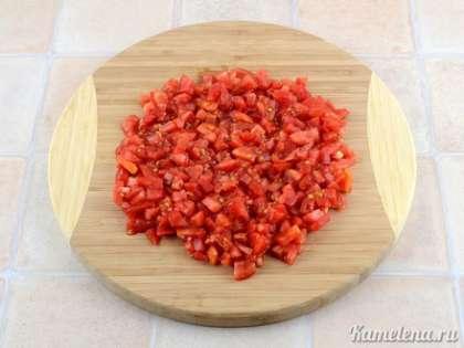 Затем сделать на каждом помидоре крестообразный надрез и снять шкурку. Порезать помидоры мелкими кубиками.