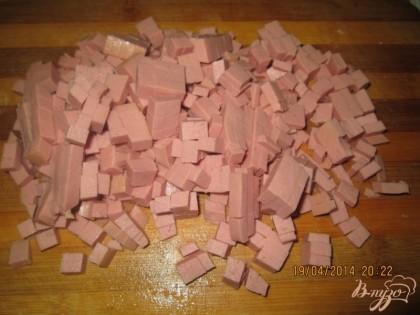 Вареную колбасу тоже нарезать кубиками.