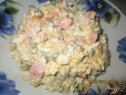 """Готово! В миске соединить картофель, вареную колбасу, зеленый горошек, лук, огурци и яйца.Немного посолить. Заправить """"Оливье"""" майонезом, перемешать, дать настояться и подавать к столу."""