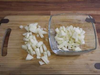 Грушу мелко порезать и разложить в чашки, в которых будет подаваться десерт