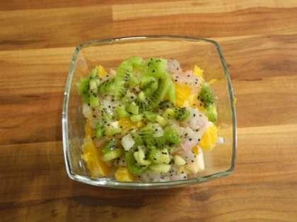 Киви и манго мелко порезать и положить в чашки для десерта