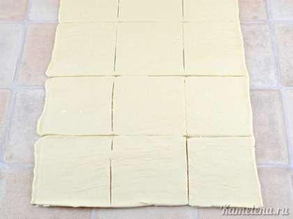 Тесто немного раскатать до толщины 3-4 мм. Порезать на квадраты примерно  8 х 8 см.