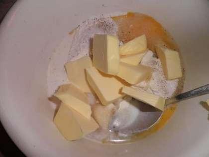 Приготовить тесто: смешать муку, сахар, ванильный сахар, соль, кардамон, сливочное масло, молоко (2 ст. л.) и яйцо. Готовое тесто положить в пищевую пленку и положить в холодильник охлаждаться